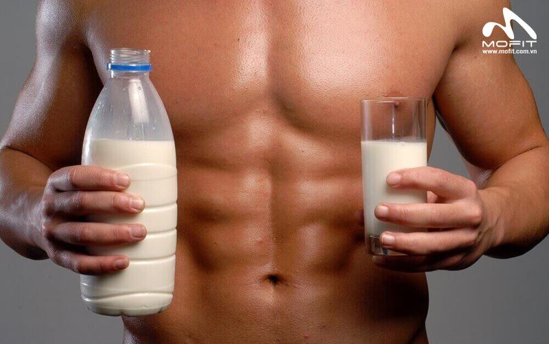 Uống sữa trước khi tập Gym, nên hay không?